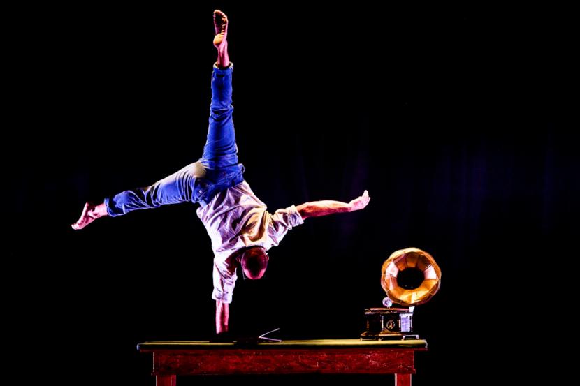 Antonio Parisi: danzatore, breaker, acrobata compagnia Liberi Di...Physical Theatre