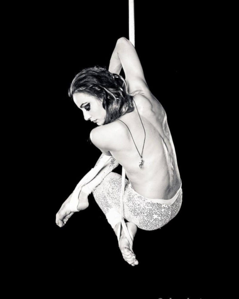 Francesca Mottola, Performer, Acrobata, Danzatrice, arealista della compagnia Liberi Di...Physical Theatre. Francesca vanta di numerose collaborazioni televisive, è insegnante di acrobatica aerea e flessibilità presso la Liberi Di... School.